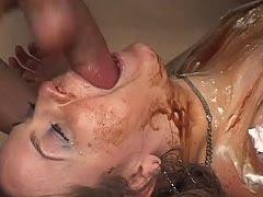 Deepthroat und Schläge für die blonde Sklavin