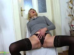 blonde oma masturbiert